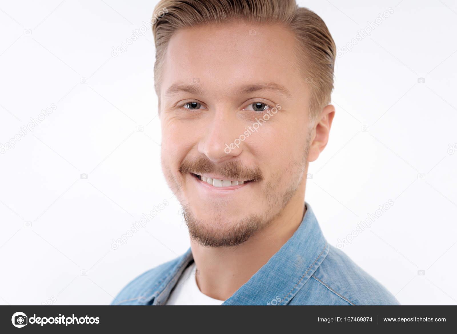 Porträt Von Blonder Mann Mit Schnurrbart Und Bart Stockfoto