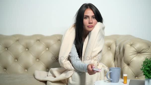 Fröhliche Kranke auf dem Sofa