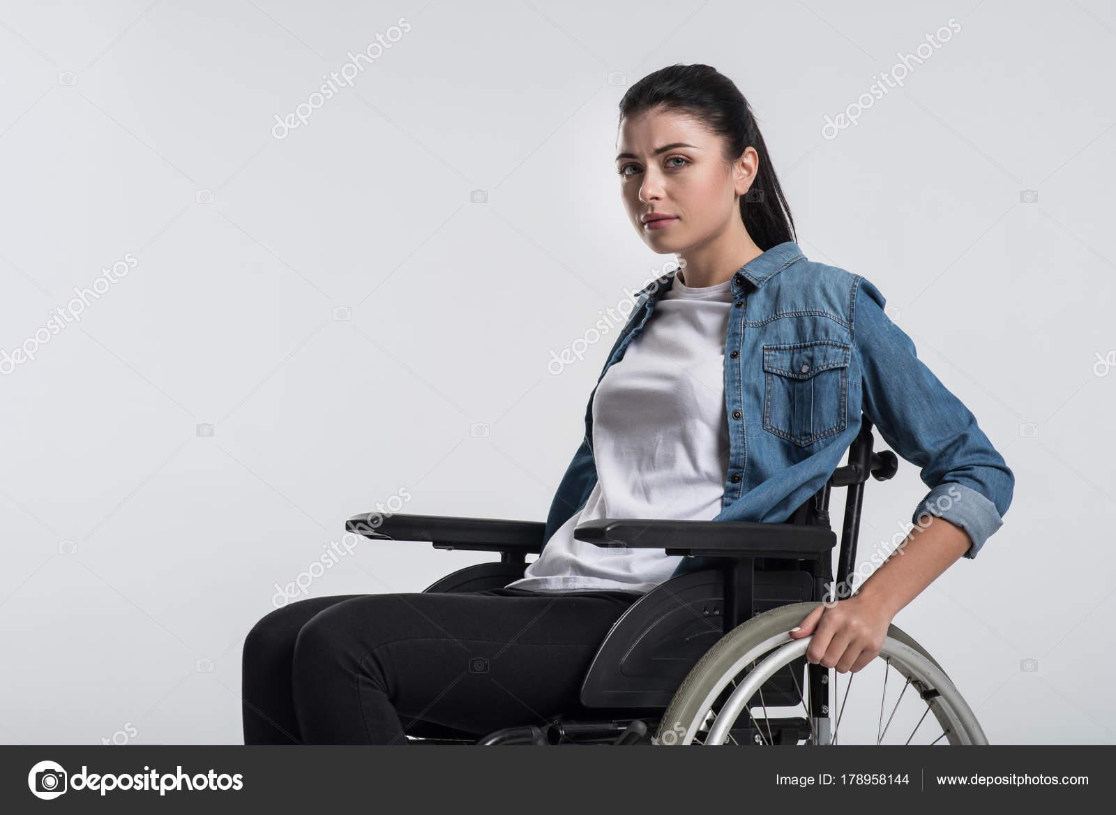 Mujer lisiada pensativa tocar la silla de ruedas — Fotos de Stock ... 7426c2d02dc2