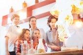 Fotografia Gruppo di ragazzi e ragazze esperimento di chimica con linsegnante