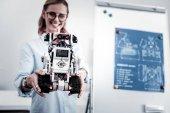 Fotografie Bild auf Roboter konzentriert, nämlich in weiblichen Händen