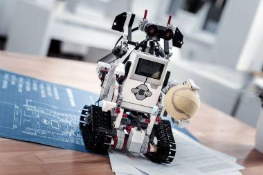 Little robot toy keeping ball
