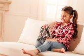 Fényképek Kis lány vigyorgott nagyjából a szórakozás, játék robot