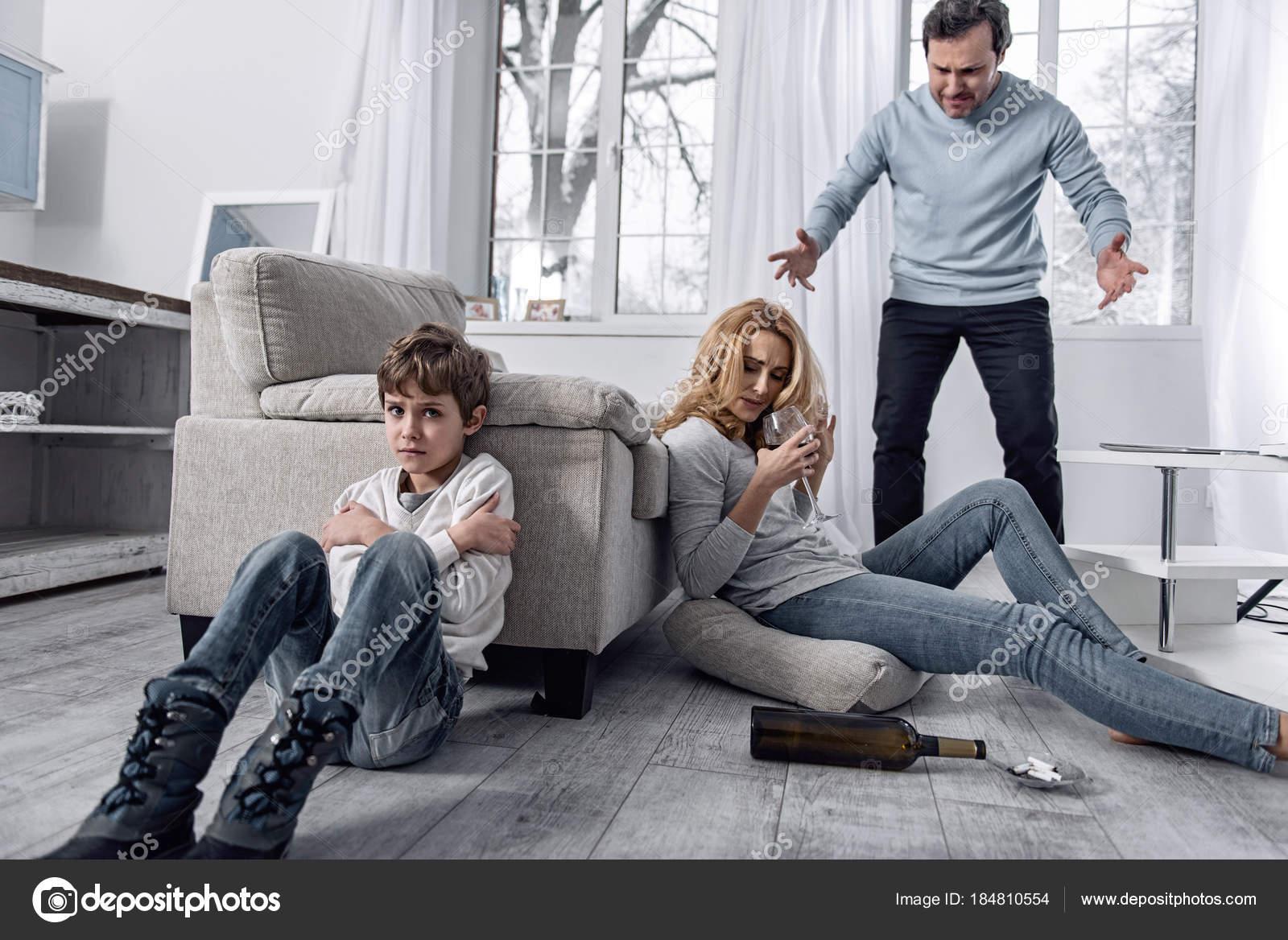 Niño Asustado Llorando Mientras Un Padre Enojado