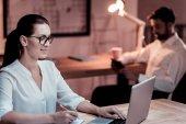 Fotografie Konzentrierte sich zuverlässigen Kollegen sitzen und arbeiten mit dem laptop