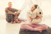 Fotografie Šťastné veselé dívka objímání její fluffy hračka