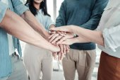 Spolehlivé společenský kolegové shromažďování ruku a komunikaci