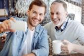 Fotografie Fröhlicher Mensch und seinem Großvater Stärke selfies