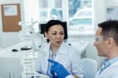 Pozitivní vědci v laboratoři