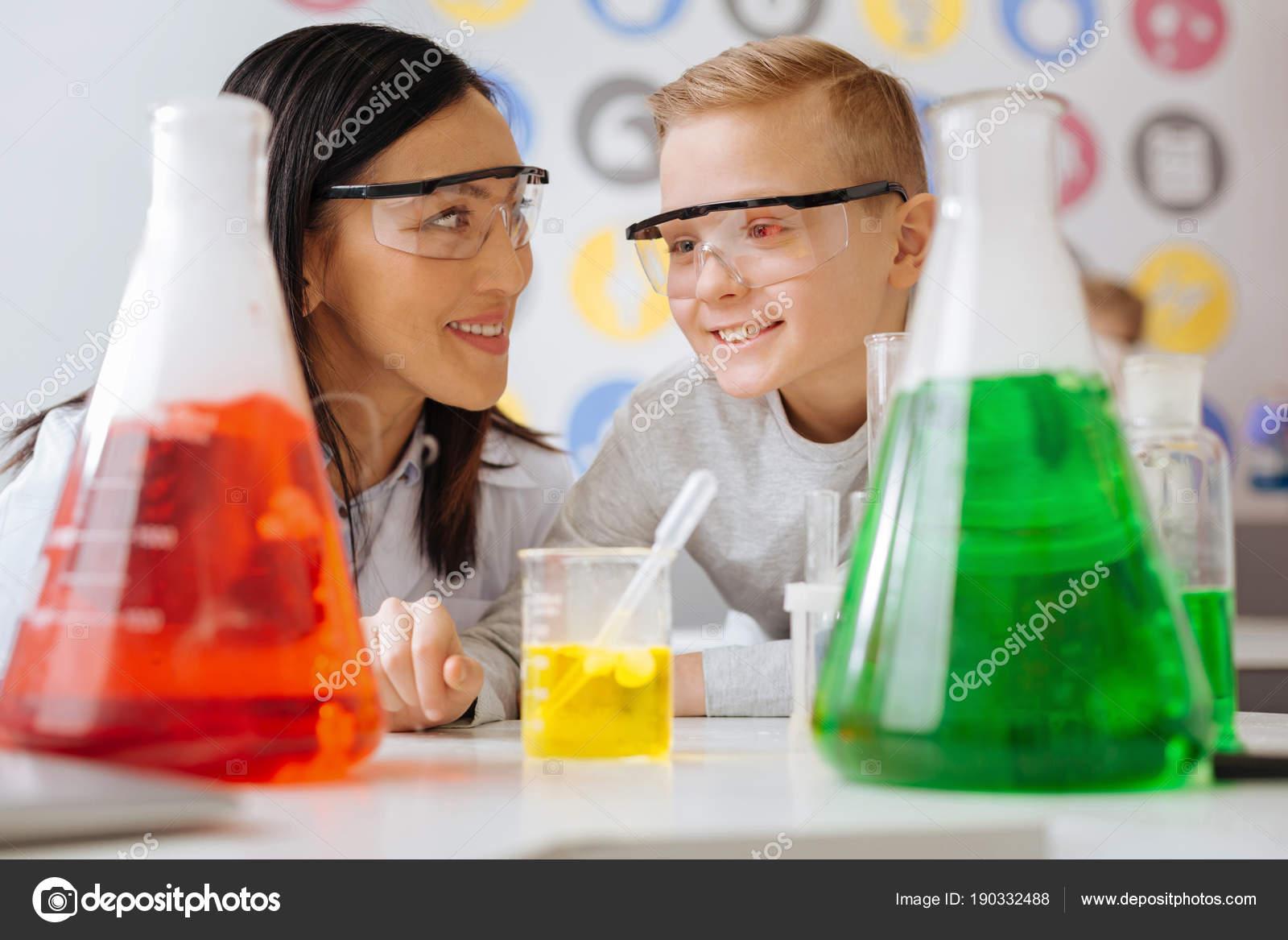 Angenehme Chemielehrer und Schüler diskutieren laufende Reaktion ...
