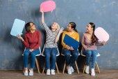 Fényképek Vonzó barátságos nők beszél egymással