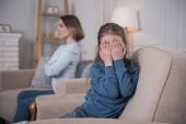 Ragazza piange seduta sul divano