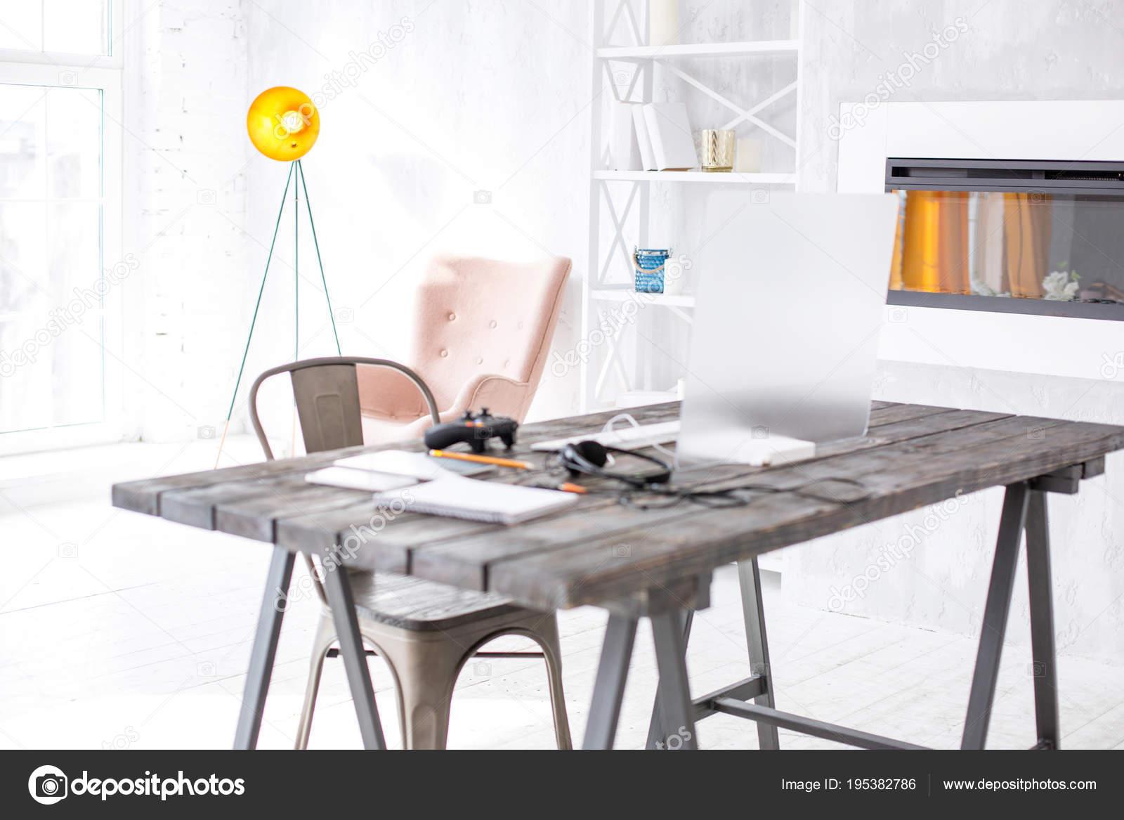 Hightech-Arbeitsplatz von gamer einrichten im Wohnzimmer — Stockfoto ...
