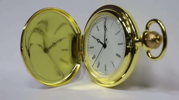 A klasszikus arany óra, amely megjeleníti az időt