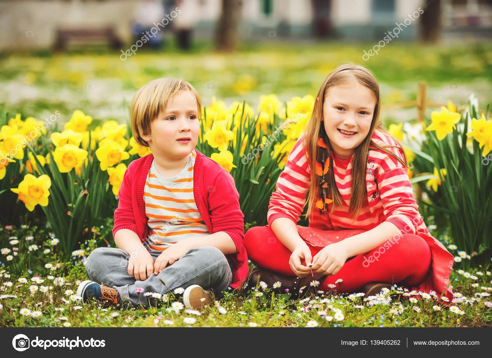 Парень в парке с цветами фото