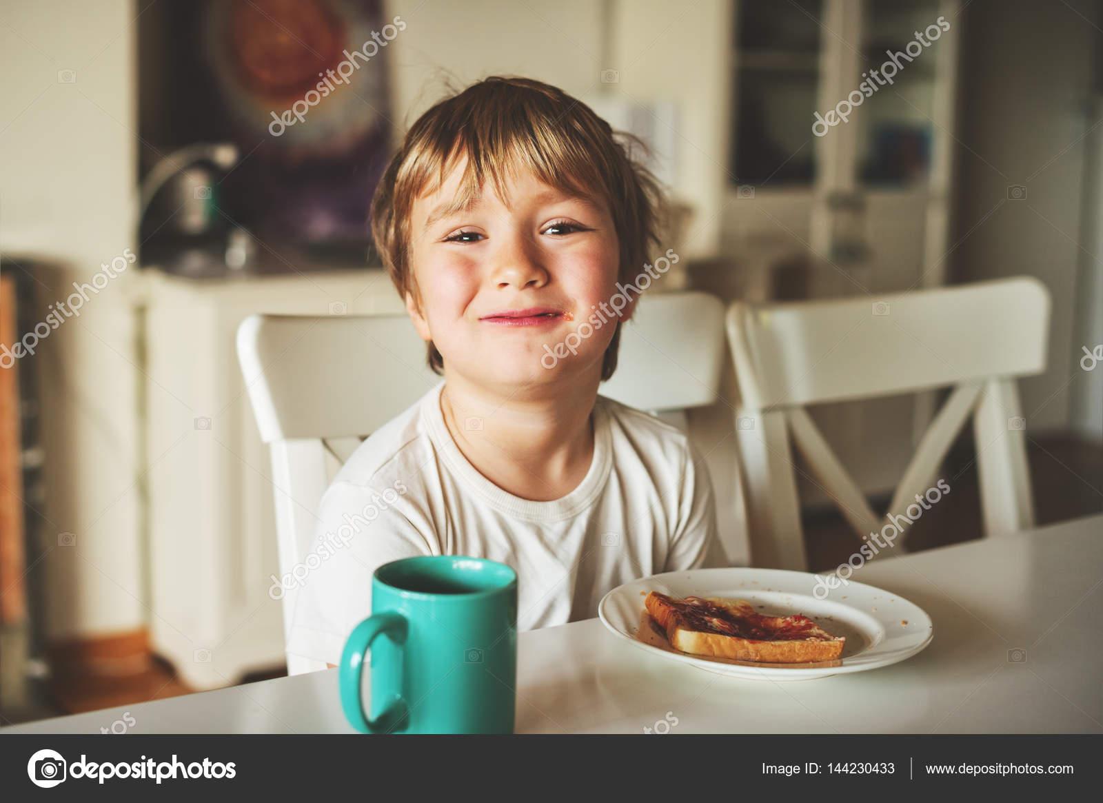 Niedliche Kleine Junge Seinen Toast Mit Marmelade Und Heiße