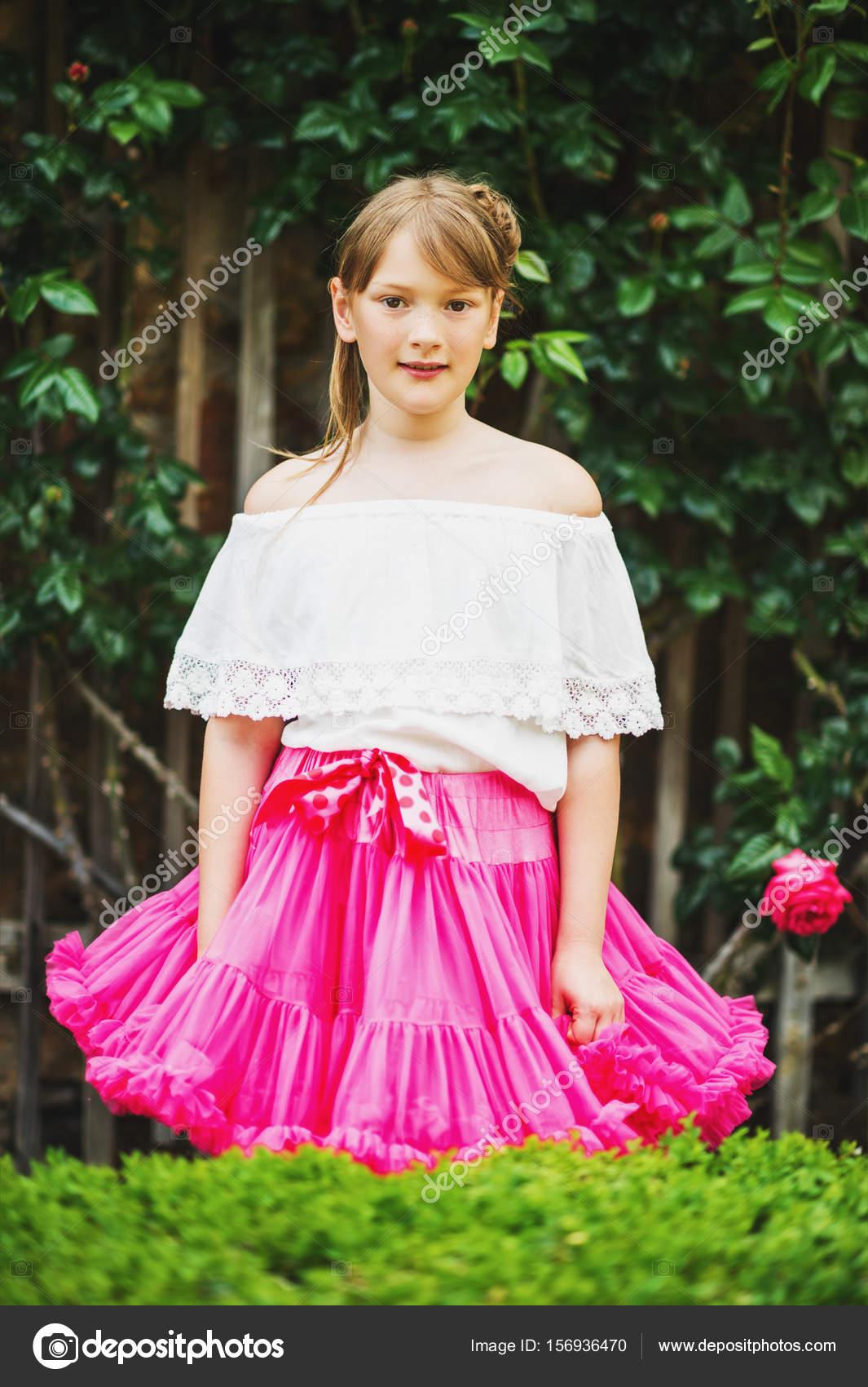 Retrato al aire libre de adorable pequeño 9-10 años niña vieja ...