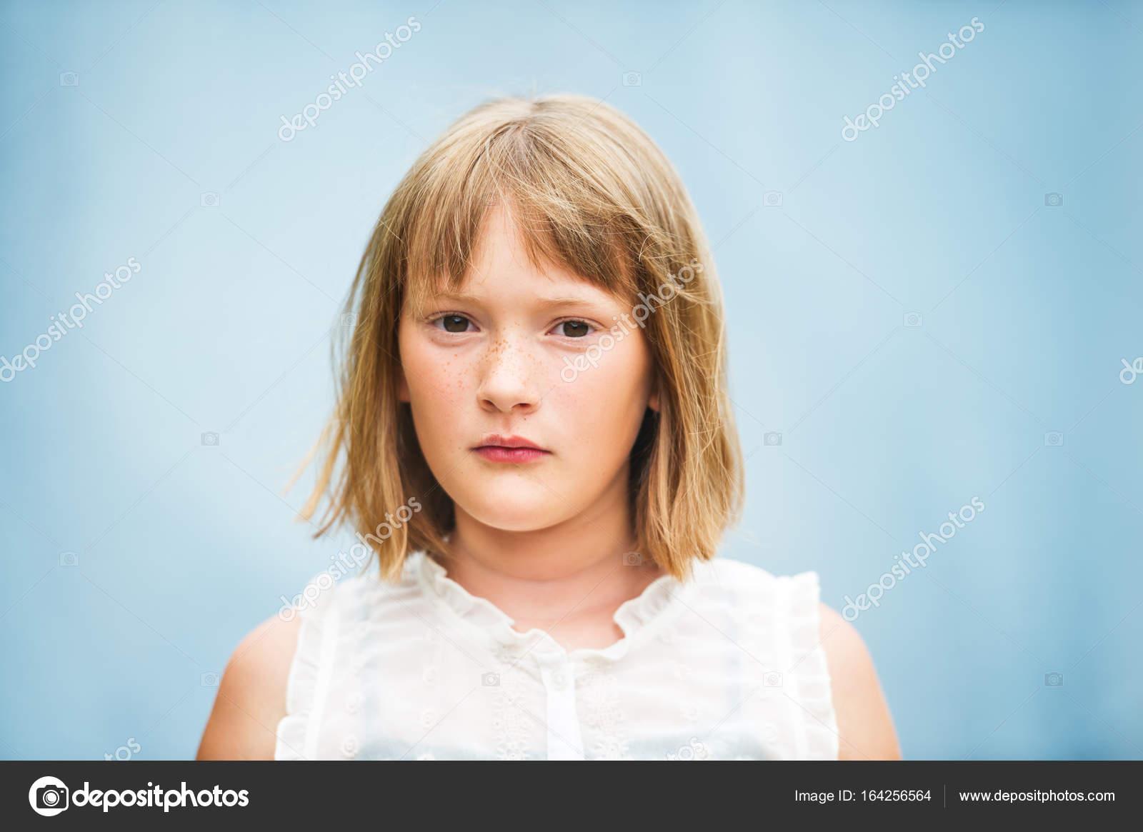 Portret Urocza Dziewczynka Z Krótki Bob Fryzura Stojący Niebieskim