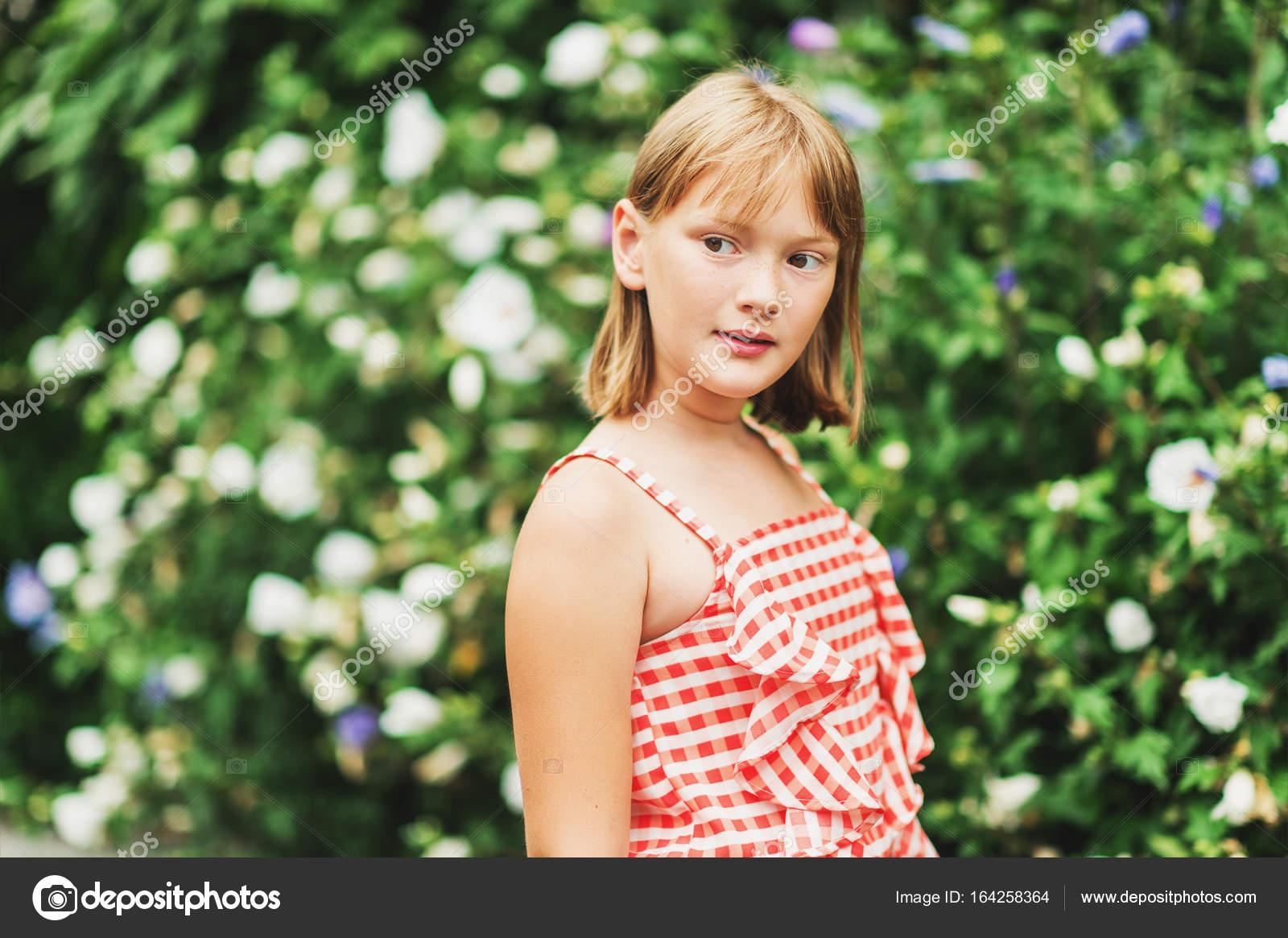 Outdoor Portrait Des Hübschen Kleinen 9 10 Jahre Altes Mädchen Rot