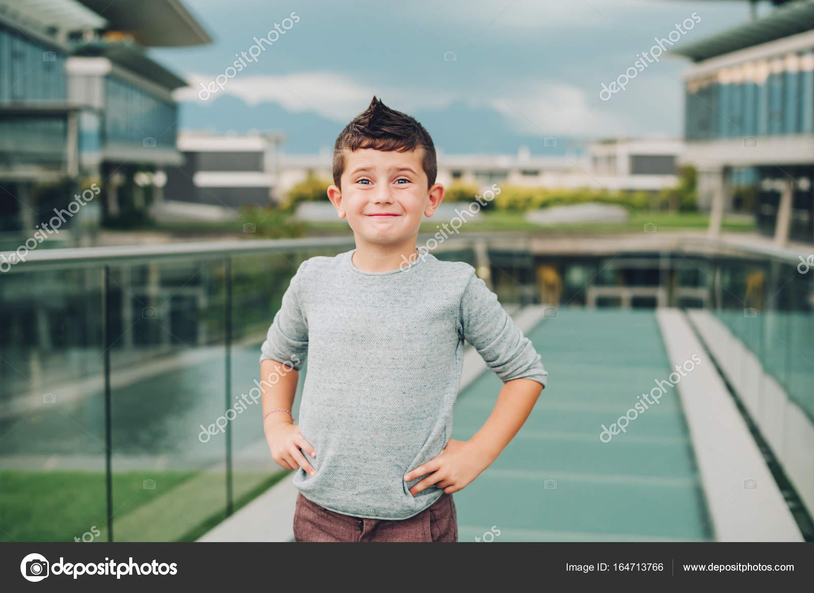 Retrato Al Aire Libre De Lindo Niño De 6 Años Usando Suéter
