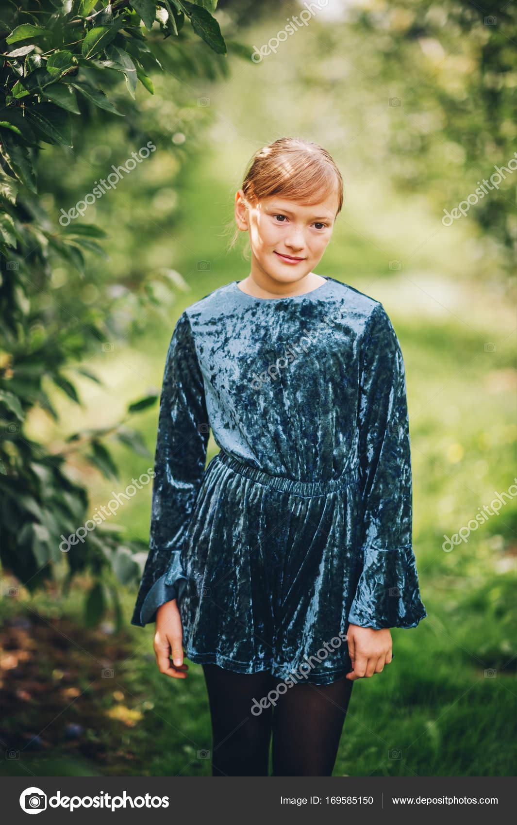 576fd36f8a8 Εξωτερική πορτρέτο του όμορφο κοριτσάκι 10 χρονών φορώντας Ολόσωμο σορτς  μπλε βελούδο– εικόνα αρχείου