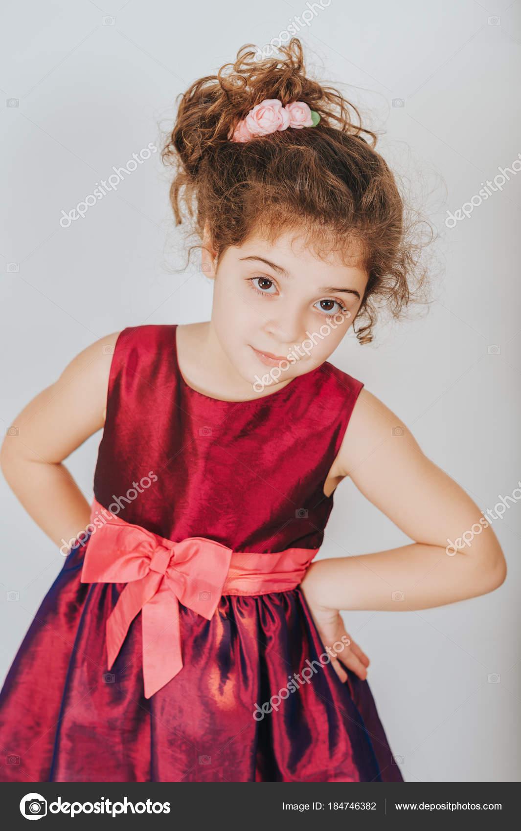 Studioaufnahme Von Jahre Alten Kind Mädchen Mit Dem Lockigen Haar ...