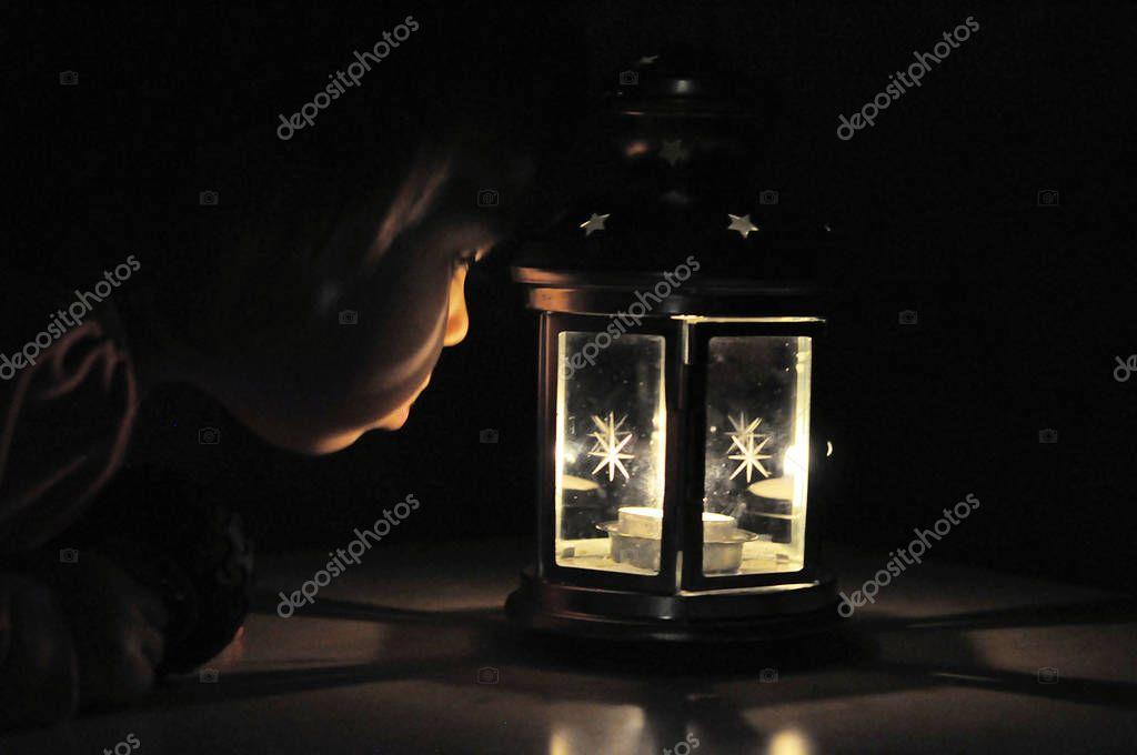 kleines m dchen blick auf kerze licht in der laterne hohe iso stockfoto aynur sib 138252536. Black Bedroom Furniture Sets. Home Design Ideas