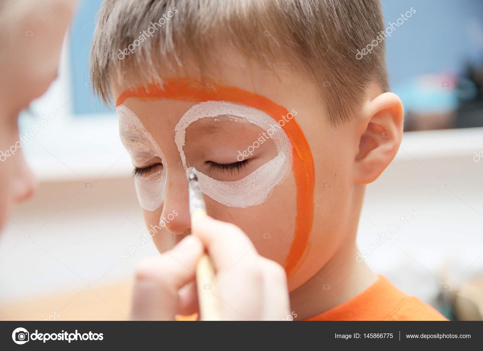 çocuk Için Sanatçı Yapım Kaplan Maskesi Oluşturur çocuk Boyama Yüz