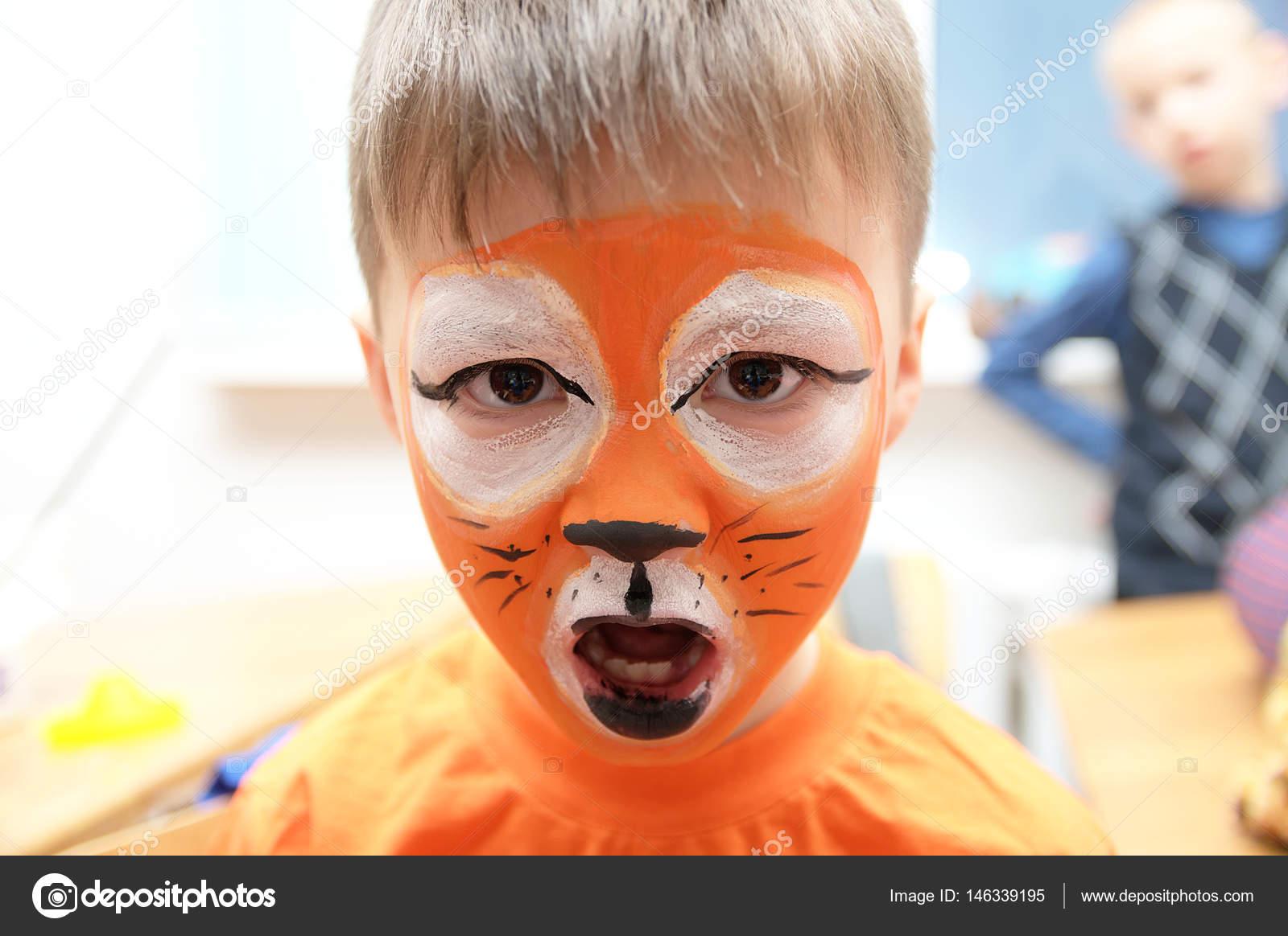 make up artiste faisant masque de tigre pour enfant enfants maquillage gar on peint comme le. Black Bedroom Furniture Sets. Home Design Ideas