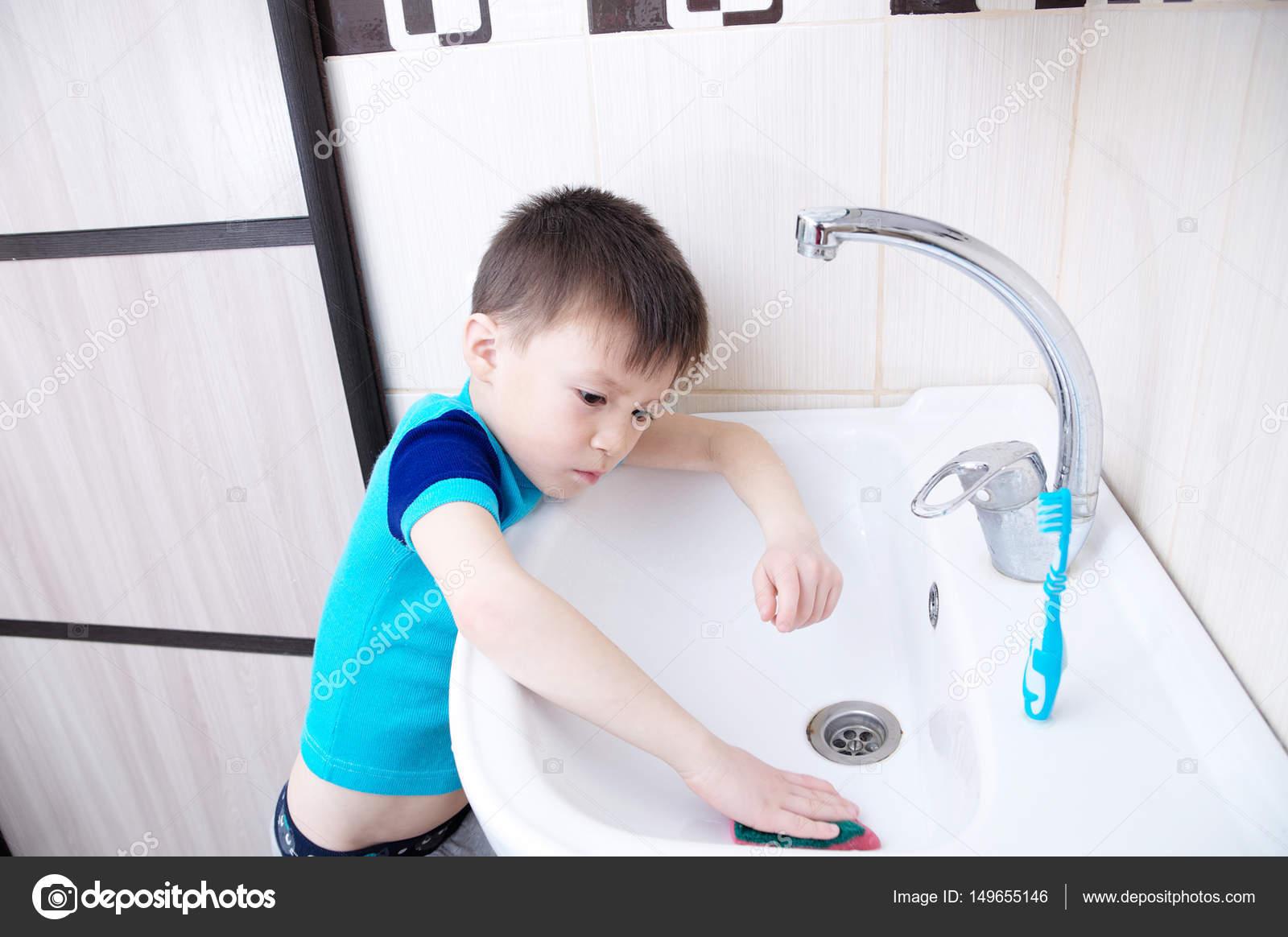 Jongen schoonmaken in badkamer wassen wastafel, kind doen van ...