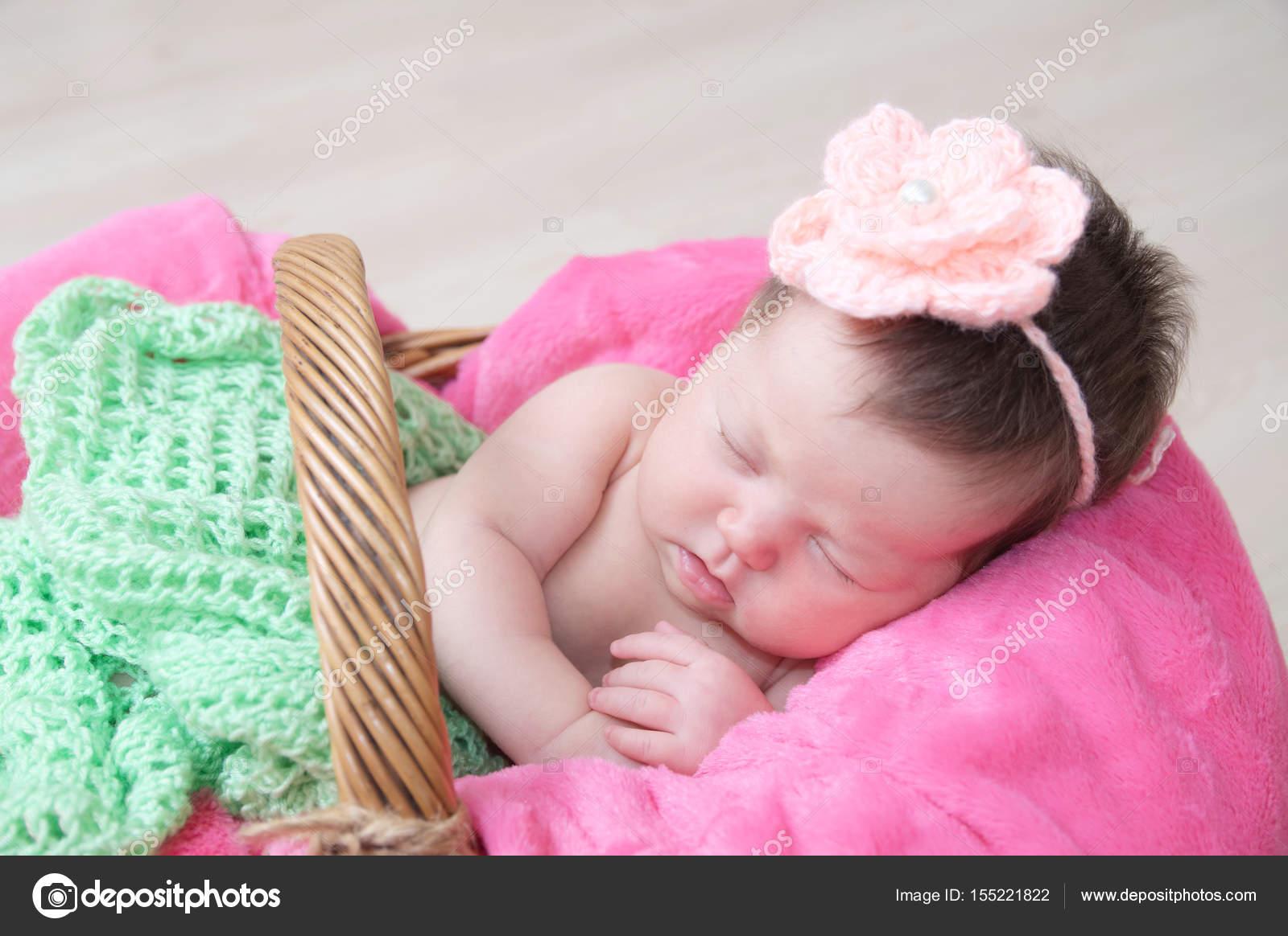 Canasta De Recien Nacido.Recien Nacido Que Duerme En La Canasta Bebe Tumbado En