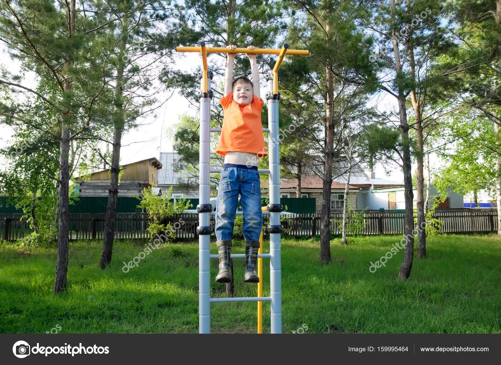 Crianças Se Divertindo No Parque: Menino Jogando Ao Ar Livre No Ginásio Da Barra Horizontal