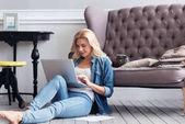 Fényképek Szőke nő dolgozik laptop otthon