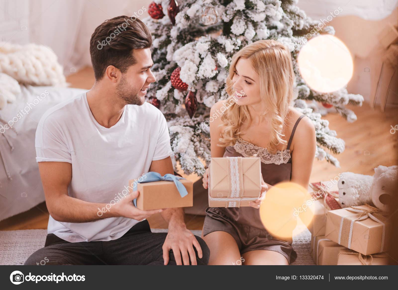 Freuen uns glücklichen Paare genießen ihre Weihnachtsmorgen ...
