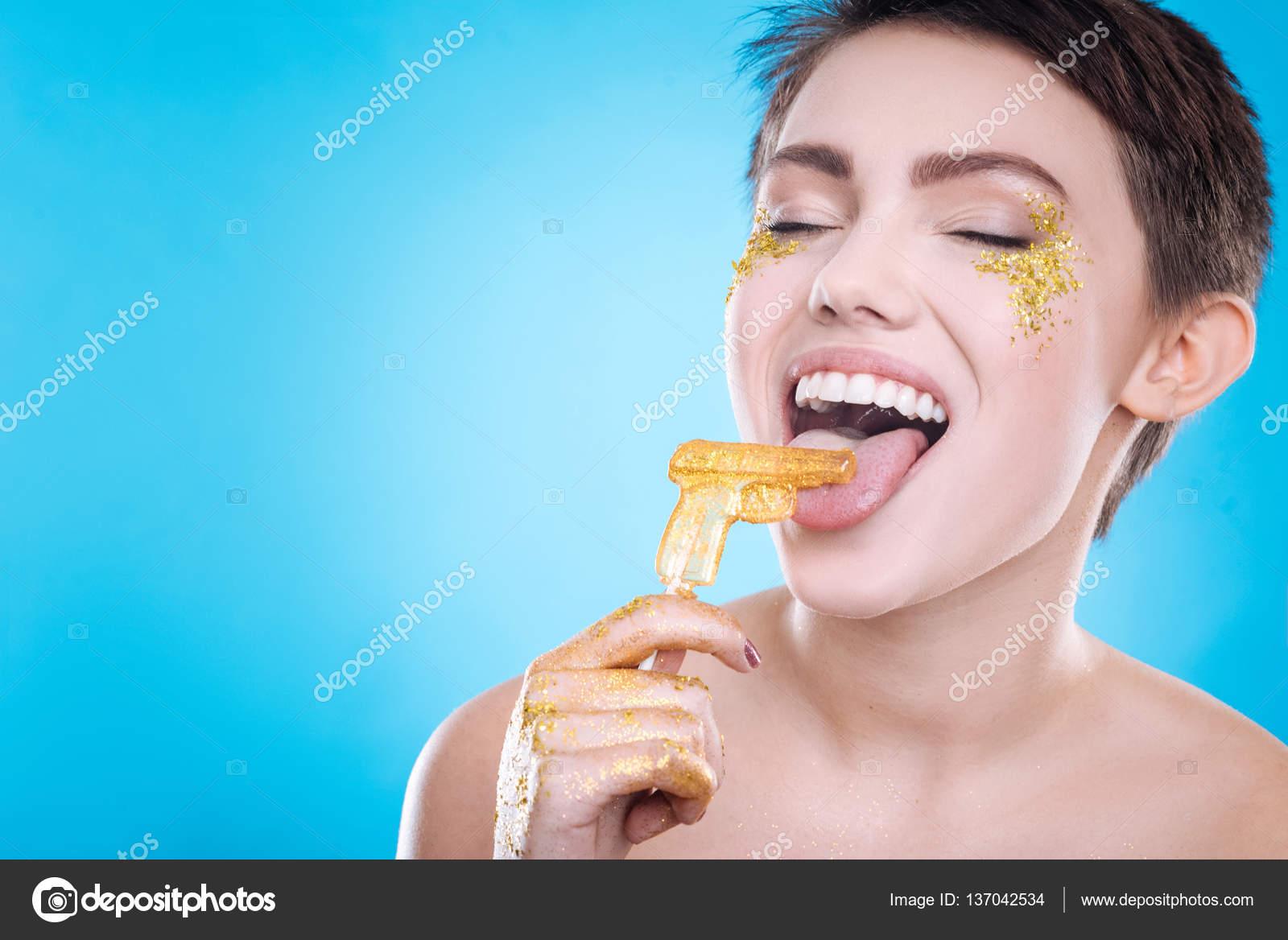 d4e8da18e Vidám nő evés nyalóka — Stock Fotó © Dmyrto_Z #137042534