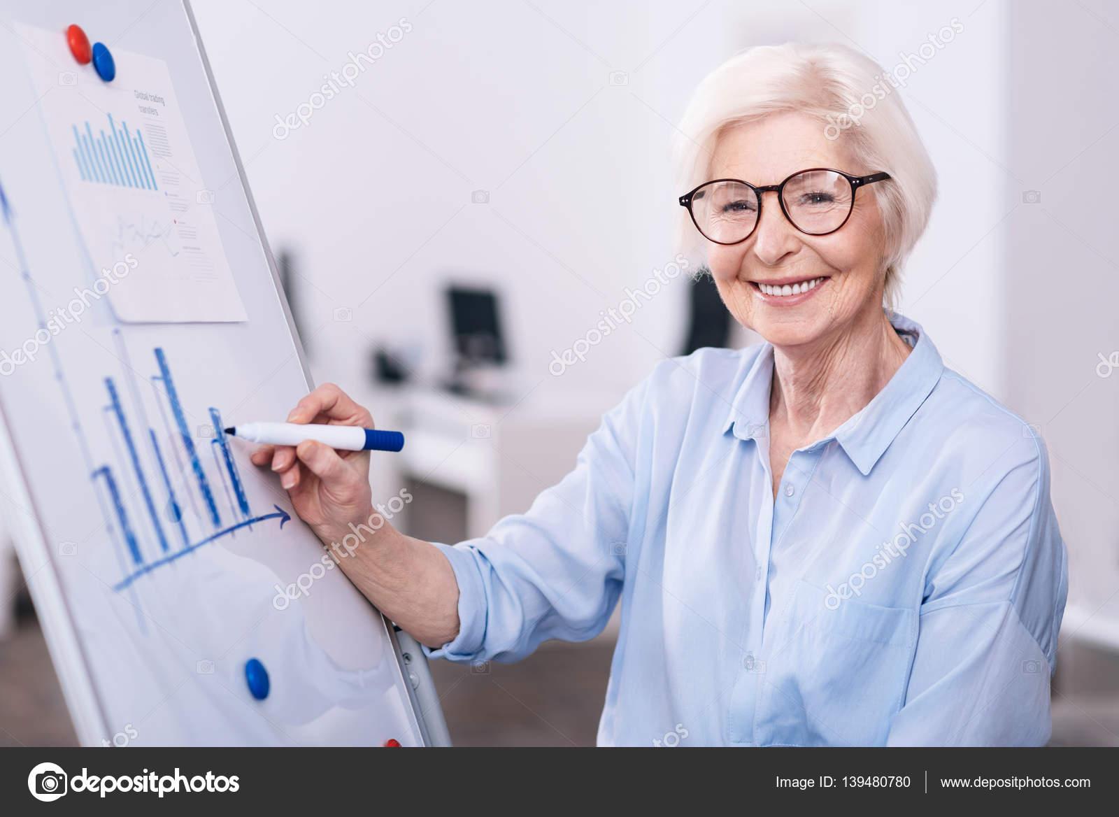 Happy gés de femme d affaires en utilisant le tableau blanc dans
