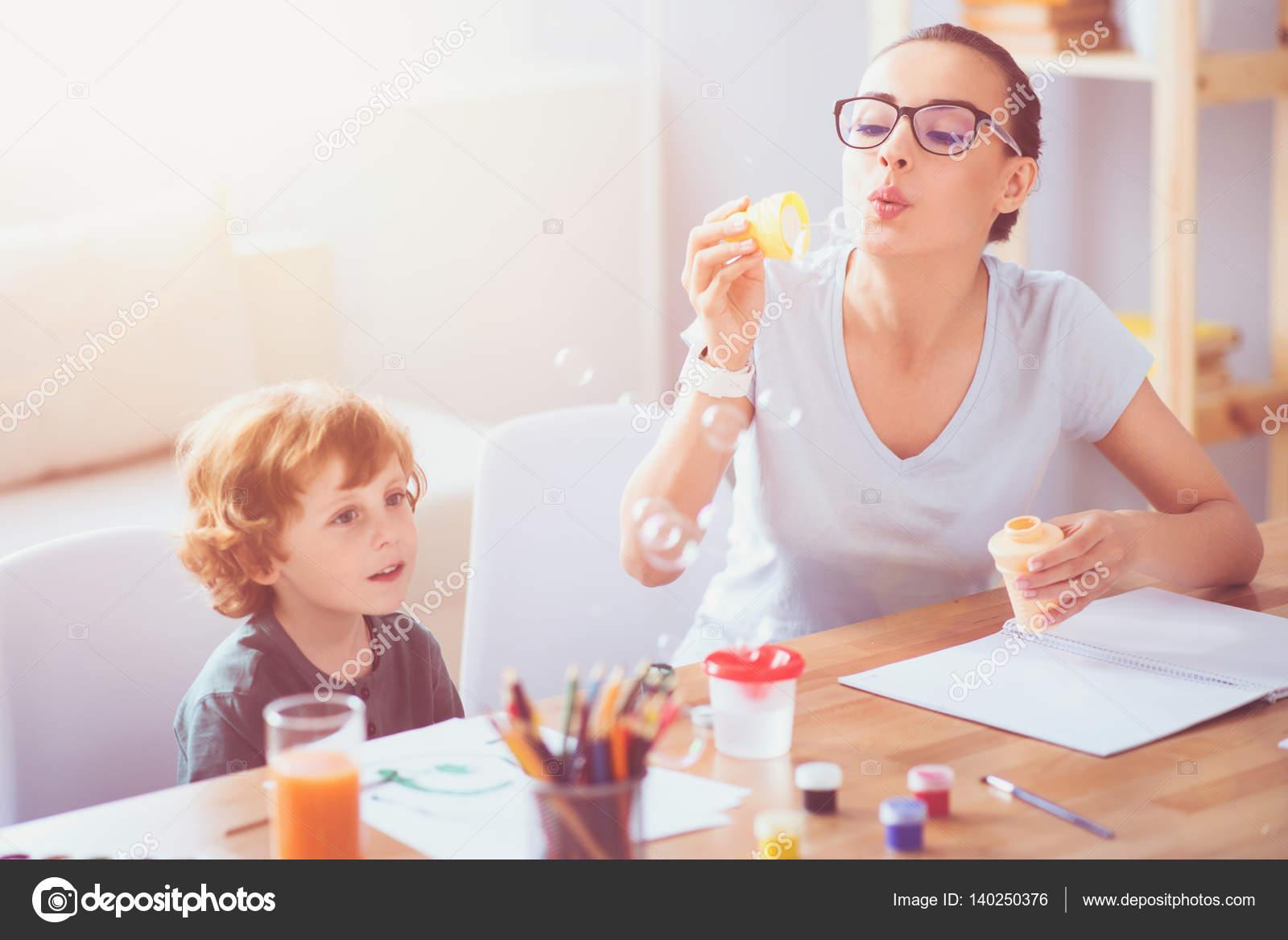 Gelukkig moeder en zoon bellen blazen u2014 stockfoto © dmyrto z #140250376