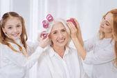 Fotografie Pozitivní ženy užívající kulem na vlasy