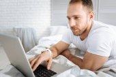 Érintett szakállas férfi munka otthon