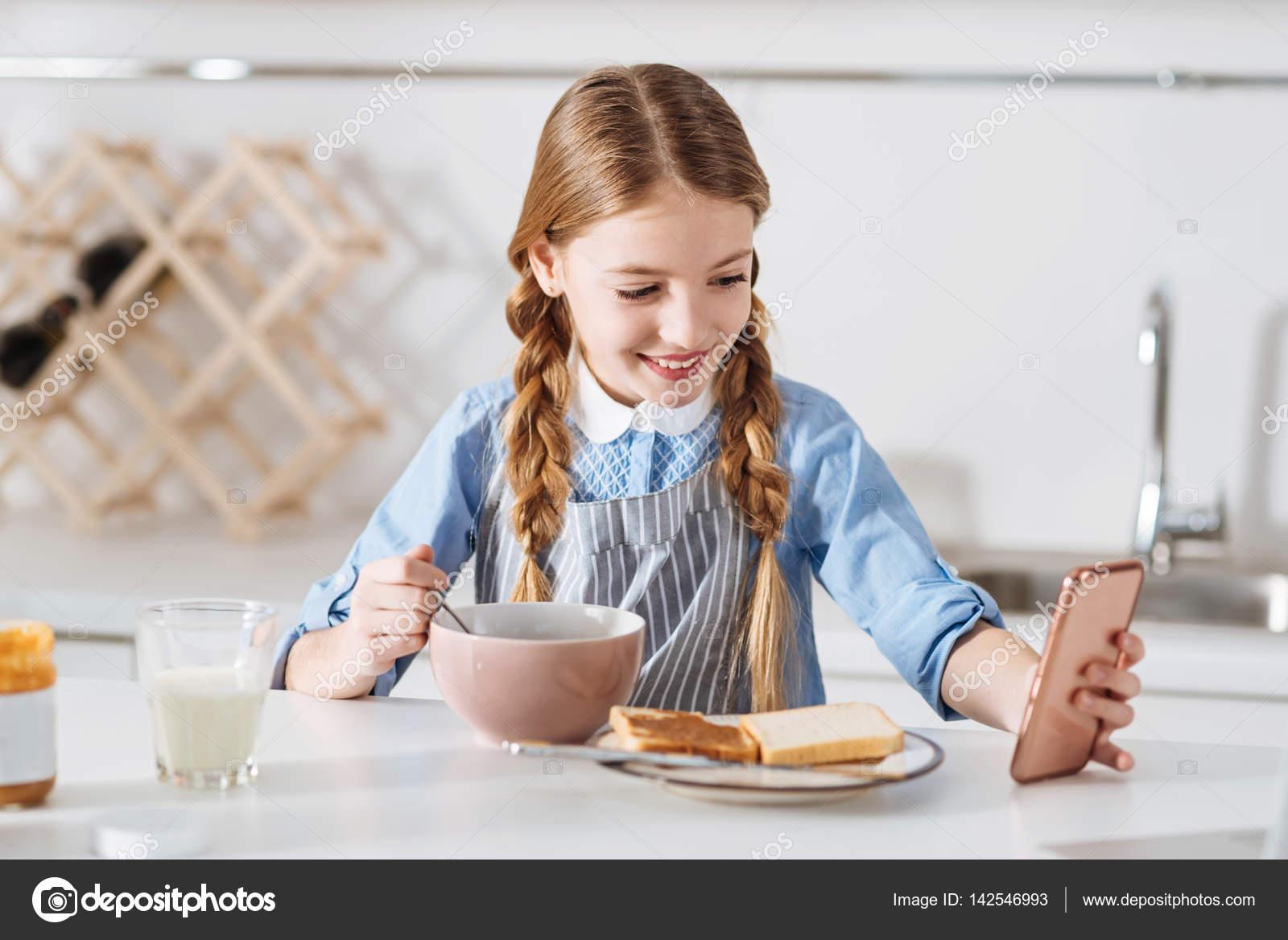 Selfie 그녀의 아침 식사와 함께 복용 하는