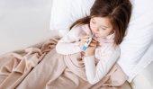 Fotografie Chudák malá holka ležící v posteli