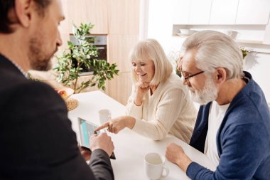 agent working with retired couple of clients