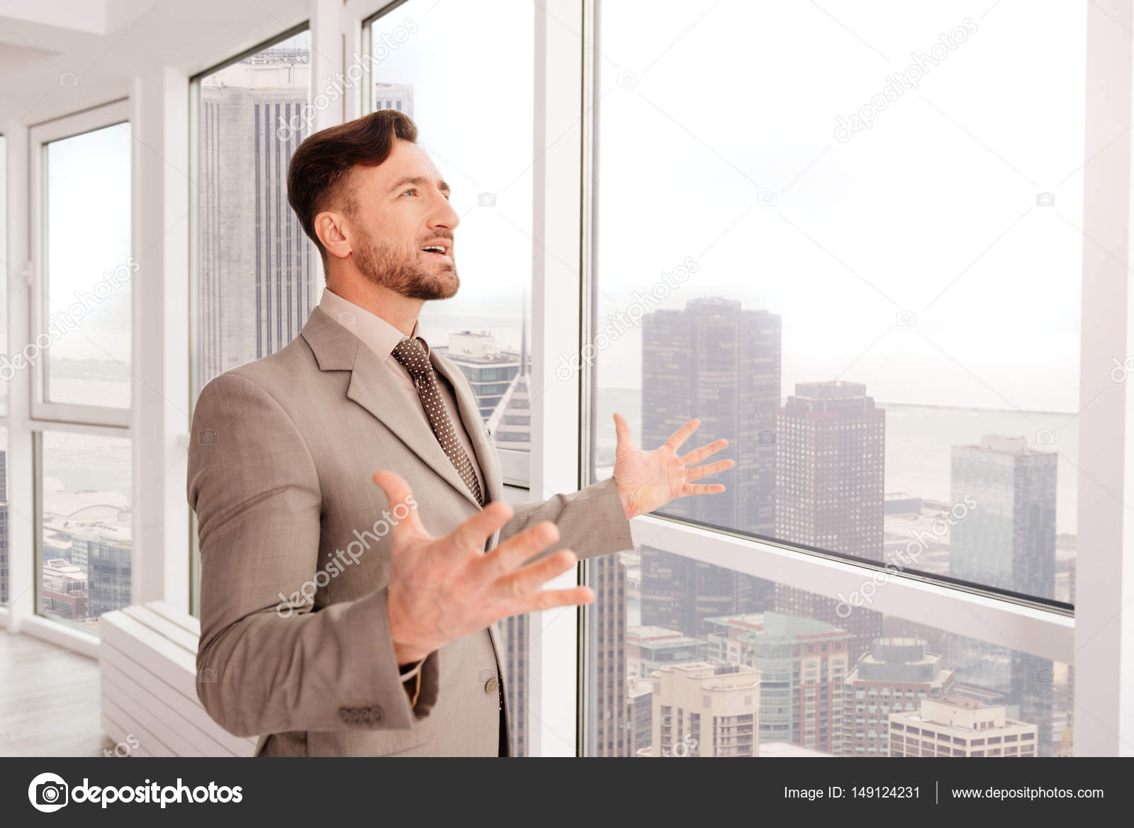 empresario exitoso disfruta de la vista desde su oficina fotos de