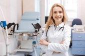 Fröhlicher Frauenarzt wartet auf Patientin