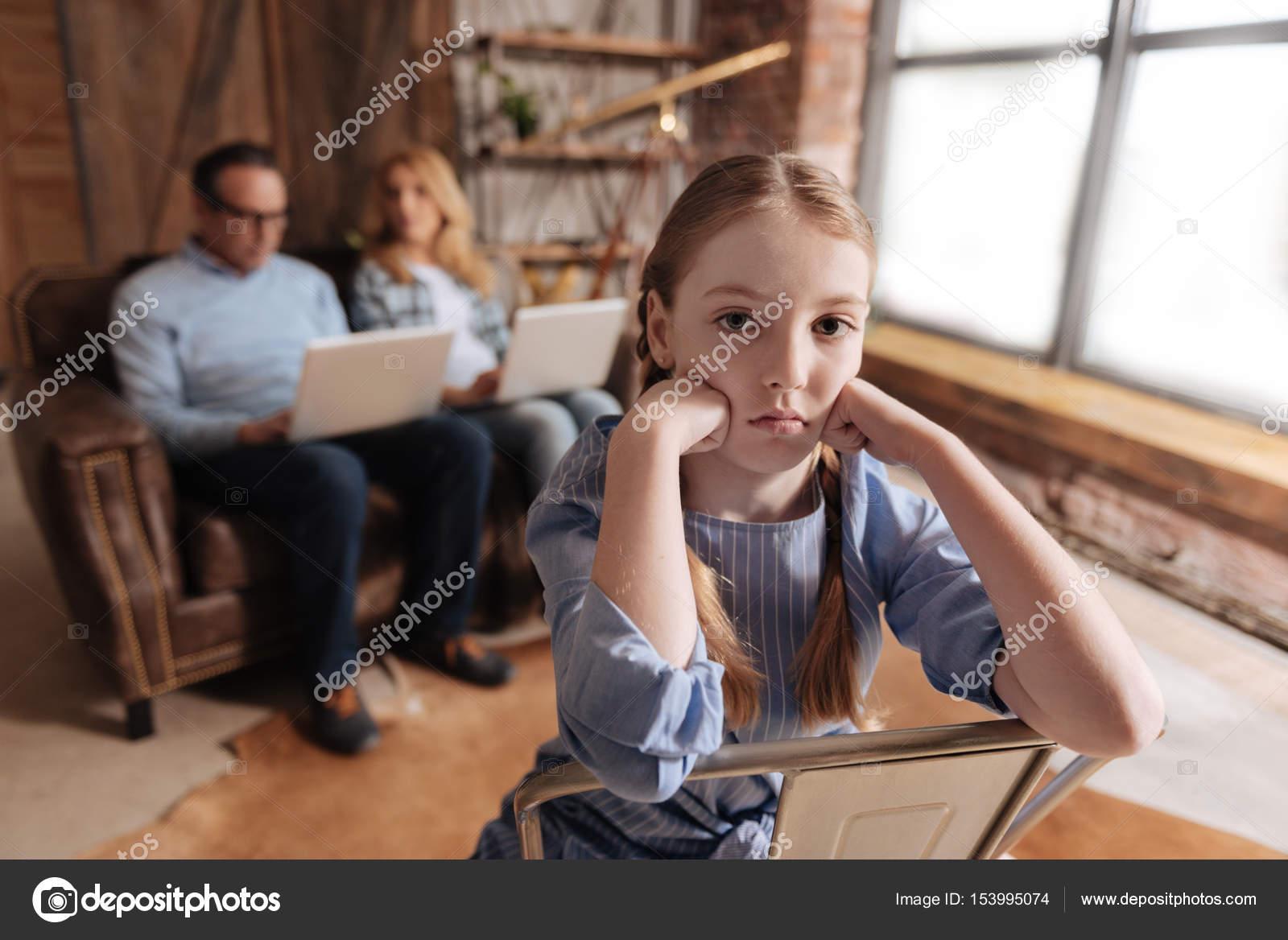 Gefrustreerd Kind Te Wachten Voor Druk Bezette Ouders Thuis