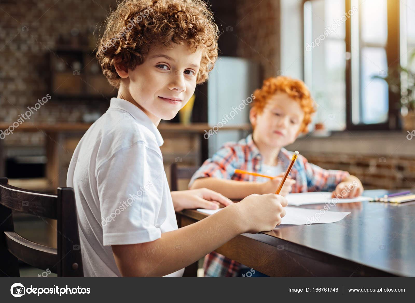Jeune Intelligent Regarde Dans Appareil Photo En Dessin Avec Frere