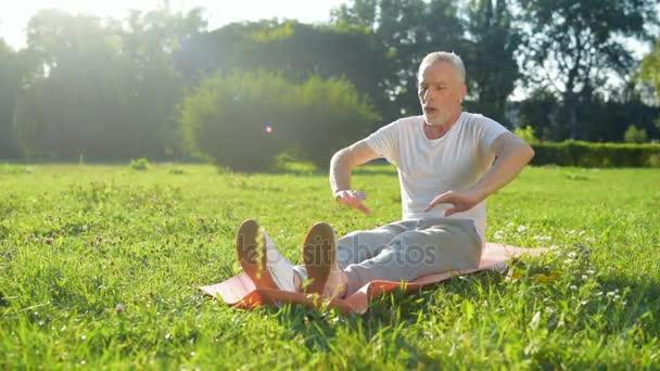 Muž dělá strečink cvičení