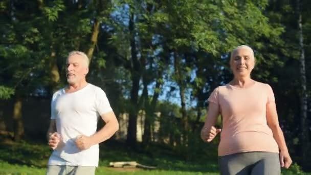 positive sportliche sneior paar genießen jogging im freien