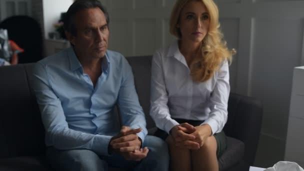 Nešťastná rodina obnovení jejich vztahy v kanceláři psychologové