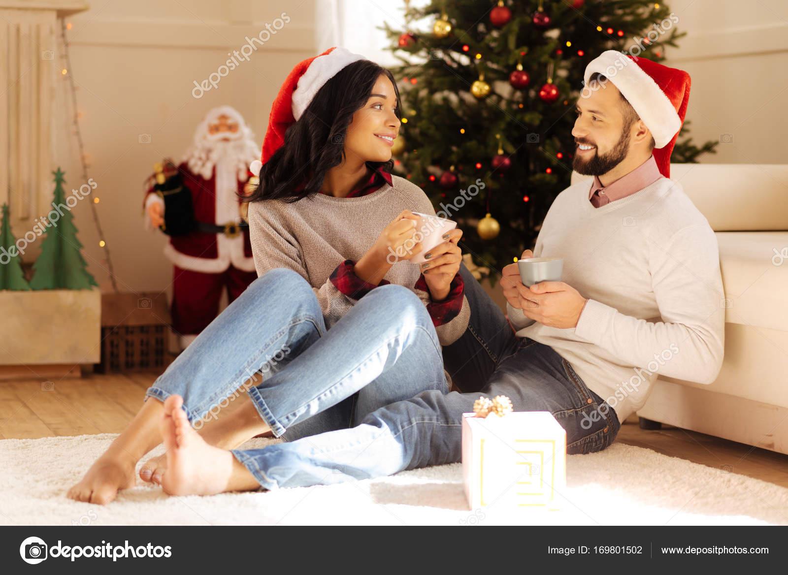 Schönes paar sprechen beim Kaffeetrinken zu Weihnachten — Stockfoto ...